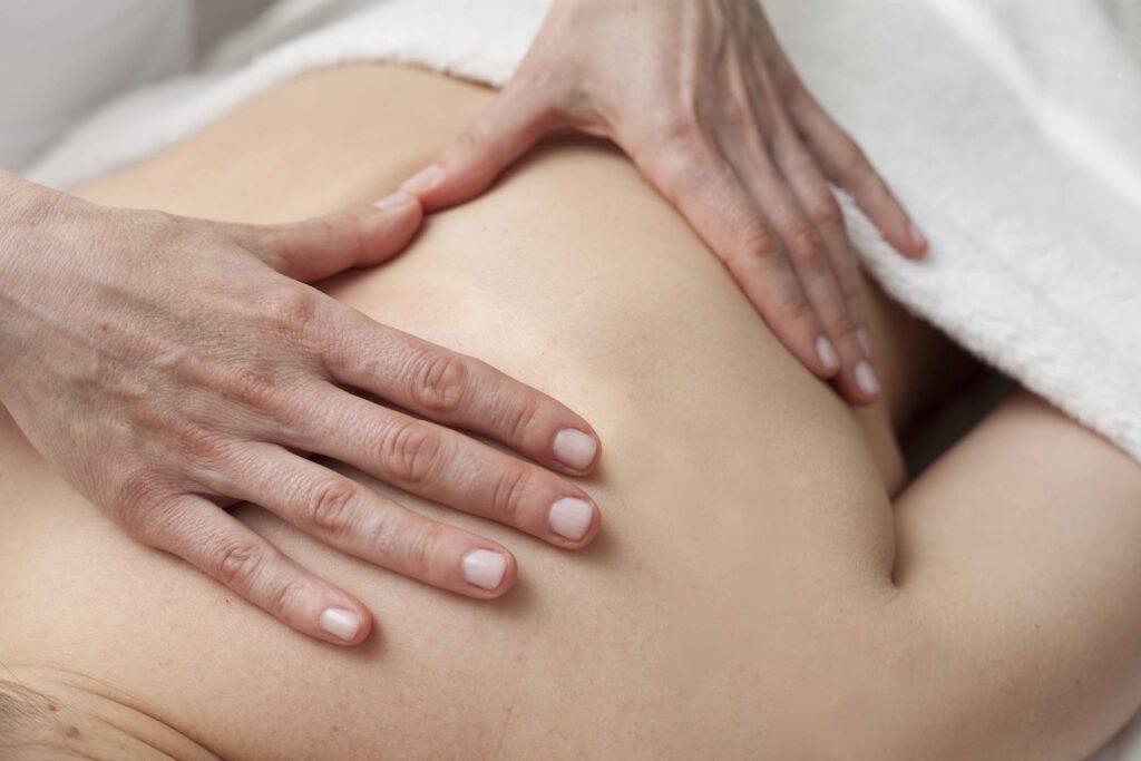 Terapia bowen con las manos sobre la piel